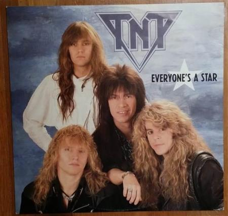 TNT - Everyone's A Star - 12 Tommer med Guitar Mix - Oslo - TNT - Everyone's A Star - 888 790-1 - Mercury - Holland - 1987 Side A: Everyone's A Star (Guitar Mix) Side B: 1. Everyone's A Star 2. Tell No Tales Vinyl i Excellent tilstand Cover i Excellent- tilstand (Noe ringwear, se bilder) Sjekk mine andre no - Oslo