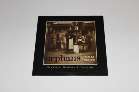 TOM WAITS Orphans 15 spors advance promo sampler CD - Oslo - TOM WAITS Orphans 15 spors advance promo sampler CD TOM WAITS Orphans (Scarce 2006 US 15-track advance promotional sampler CD featuring 5 songs taken from each disc of the 3-CD set 'Orphans - Brawlers, Bawlers & Bastards', custom printed 'newspaper - Oslo