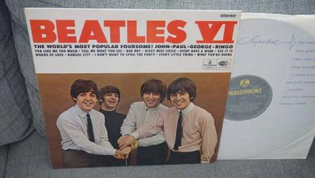 The Beatles/VI..orig 1st UK EKSPORT pressing.. - Sandnes - ..orig 1st UK EKSPORT pressing..Parlophone rec.1964..CPCS 104..Stereo..Gul/Sort label..Laminert flipback cover..EX/EX-..pen utgivelse med noen lette hairlines/Paper scuffs..  - Sandnes